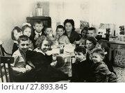 Купить «Школьники в гостях у своей школьной учительницы пьют чай. 1966», фото № 27893845, снято 23 августа 2019 г. (c) Retro / Фотобанк Лори