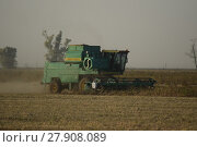 Soy harvesting by combines in the field. Стоковое фото, фотограф Leonid Eremeychuk / PantherMedia / Фотобанк Лори