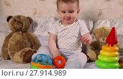 Купить «Eight month old boy playing with toys while sitting on the bed», видеоролик № 27914989, снято 14 марта 2016 г. (c) Алексей Кузнецов / Фотобанк Лори