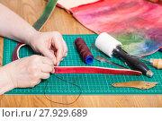 Купить «craftsman makes leather belt for new embossed bag», фото № 27929689, снято 23 марта 2019 г. (c) PantherMedia / Фотобанк Лори