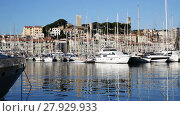 Yachts moored in port of Cannes on background with residential district and medieval fortress (2017 год). Стоковое видео, видеограф Яков Филимонов / Фотобанк Лори