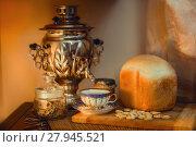 Купить «Russian samovar with hot bread and ceramic cup of tea», фото № 27945521, снято 16 февраля 2018 г. (c) Julia Shepeleva / Фотобанк Лори