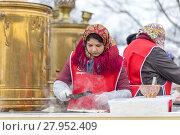 Купить «Приготовление блинов на Масленицу в Коломенском парке в Москве», фото № 27952409, снято 17 февраля 2018 г. (c) Светлана Голинкевич / Фотобанк Лори