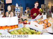 Купить «Girl chose different varieties of apples», фото № 27969561, снято 1 марта 2017 г. (c) Яков Филимонов / Фотобанк Лори