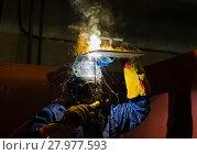 Купить «Рабочий сваривает металл», фото № 27977593, снято 17 февраля 2018 г. (c) Яковлев Сергей / Фотобанк Лори