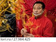 Купить «Китайский мастер Цзинь Вэнчан делает фигурки из горячей жидкой карамели, китайское «карамельное» народное искусство», фото № 27984425, снято 17 февраля 2018 г. (c) Николай Винокуров / Фотобанк Лори