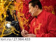Купить «Китайский мастер Цзинь Вэнчан делает фигурки из горячей жидкой карамели, китайское «карамельное» народное искусство», фото № 27984433, снято 17 февраля 2018 г. (c) Николай Винокуров / Фотобанк Лори