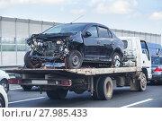 Купить «Wrecker transports broken car», фото № 27985433, снято 27 июля 2017 г. (c) Юрий Бизгаймер / Фотобанк Лори