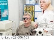 Купить «Woman ophthalmologist checks vision of a man», фото № 28006165, снято 13 февраля 2018 г. (c) Юлия Бабкина / Фотобанк Лори