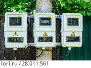 Купить «Уличный шкаф или бокс для размещения счётчиков электрической энергии на трёх пользователей. Подмосковье», фото № 28011561, снято 29 июня 2017 г. (c) Устенко Владимир Александрович / Фотобанк Лори