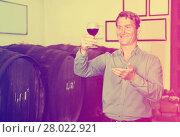 Купить «Man wine maker holding wineglass for tasting», фото № 28022921, снято 16 октября 2018 г. (c) Яков Филимонов / Фотобанк Лори