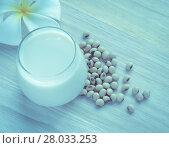 Купить «Fresh Soy milk (Soya milk) in a glass and soybean seeds», фото № 28033253, снято 21 февраля 2018 г. (c) PantherMedia / Фотобанк Лори
