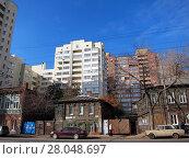 Купить «Ветхие дома и новостройка в Самаре», фото № 28048697, снято 18 октября 2011 г. (c) Светлана Кириллова / Фотобанк Лори