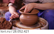 Купить «Experienced potter creating a clay pot using professional tools», видеоролик № 28052421, снято 22 марта 2016 г. (c) Алексей Кузнецов / Фотобанк Лори