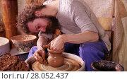 Купить «Craftsman making a clay vase in his workshop», видеоролик № 28052437, снято 22 марта 2016 г. (c) Алексей Кузнецов / Фотобанк Лори