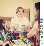 Купить «Artist draws a portrait of a woman», фото № 28053109, снято 19 сентября 2018 г. (c) Яков Филимонов / Фотобанк Лори