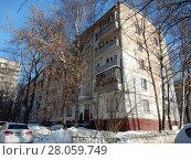 Купить «Пятиэтажный четырёхподъездный панельный жилой дом серии I-515/5м, построен в 1963 году. Зелёный проспект, 55. Район Перово. Город Москва», эксклюзивное фото № 28059749, снято 14 февраля 2018 г. (c) lana1501 / Фотобанк Лори