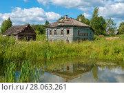 Купить «Старый деревянный разрушающийся дом у пруда», фото № 28063261, снято 10 августа 2017 г. (c) Pukhov K / Фотобанк Лори