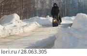 Купить «Men riding on crawler mini snowmobile with a trailer on a winter road», видеоролик № 28063305, снято 19 марта 2018 г. (c) Константин Шишкин / Фотобанк Лори