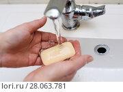 Женщина моет руки с мылом под краном в мойке. Стоковое фото, фотограф Игорь Низов / Фотобанк Лори
