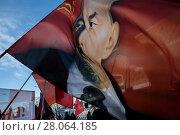 Купить «Участники шествия КПРФ, посвященного 100-летию Красной армии, размахивают флагом с портретом вождя Владимира Ильича Ленина на Страстном бульваре города Москвы, Россия», фото № 28064185, снято 23 февраля 2018 г. (c) Николай Винокуров / Фотобанк Лори