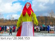 Масленичная кукла для сожжения в ярком разноцветном наряде (2017 год). Редакционное фото, фотограф Ольга Коцюба / Фотобанк Лори
