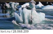 Купить «Floating icebergs in the glacial lake Jokulsarlon in Iceland», видеоролик № 28068209, снято 6 октября 2017 г. (c) Алексей Кузнецов / Фотобанк Лори