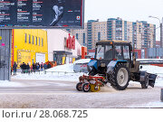 Купить «Трактор расчищает тротуар от снега. Санкт-Петербург», эксклюзивное фото № 28068725, снято 23 февраля 2018 г. (c) Александр Щепин / Фотобанк Лори