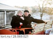 Счастливая пара. Красивые мужчина и женщина среднего возраста сидят на телеге (2018 год). Редакционное фото, фотограф Игорь Низов / Фотобанк Лори