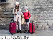 Купить «woman with child with baggage near wall», фото № 28085389, снято 19 ноября 2017 г. (c) Яков Филимонов / Фотобанк Лори