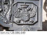 Купить «Герб с двуглавым орлом на орудийном лафете старинной пушки в Московском Кремле», фото № 28086649, снято 26 сентября 2015 г. (c) Алёшина Оксана / Фотобанк Лори