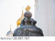 Купить «Царь-колокол на фоне куполов Архангельского собора в Московском Кремле», фото № 28087161, снято 26 сентября 2015 г. (c) Алёшина Оксана / Фотобанк Лори
