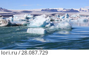 Купить «Amazing view of floating icebergs in the glacial lake Jokulsarlon on the background of clear blue sky, Iceland», видеоролик № 28087729, снято 17 ноября 2017 г. (c) Алексей Кузнецов / Фотобанк Лори