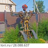 """Купить «Собранная из старых автомобильных запчастей фигура робота. Робот похож на главного героя старой американской кинокомедии """"Короткое замыкание"""".», фото № 28088637, снято 8 августа 2017 г. (c) Сергей Рыбин / Фотобанк Лори"""