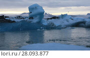 Купить «Floating icebergs in the glacial lake Jokulsarlon at dusk, Iceland», видеоролик № 28093877, снято 14 ноября 2017 г. (c) Алексей Кузнецов / Фотобанк Лори