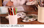 Купить «Dolly video shot of woman painting with brushes in foreground», видеоролик № 28094329, снято 22 января 2016 г. (c) Алексей Кузнецов / Фотобанк Лори