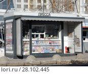 Купить «Газетный киоск около метро Ботанический сад. Район Свиблово. Город Москва», эксклюзивное фото № 28102445, снято 27 февраля 2018 г. (c) lana1501 / Фотобанк Лори