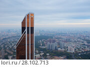 MOSCOW - SEP 3, 2015: Mercury tower of Moscow City business complex and view of residential area. Редакционное фото, фотограф Losevsky Pavel / Фотобанк Лори