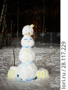 Snowman in winter evening courtyard lit by lanterns. Стоковое фото, фотограф Losevsky Pavel / Фотобанк Лори