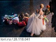 Купить «Прима-балерина участвует в поклонаях и принимает цветы от публики в балете Жизель на сцене театра», фото № 28118041, снято 19 августа 2017 г. (c) Николай Винокуров / Фотобанк Лори