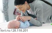 Купить «Mother Talking with a Baby», видеоролик № 28118201, снято 21 февраля 2018 г. (c) Илья Шаматура / Фотобанк Лори