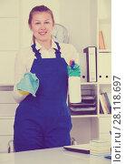Купить «Person is cleaning dust from the desk», фото № 28118697, снято 20 августа 2019 г. (c) Яков Филимонов / Фотобанк Лори
