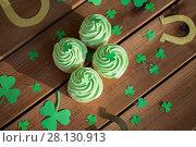 Купить «green cupcakes, horseshoes and shamrock», фото № 28130913, снято 31 января 2018 г. (c) Syda Productions / Фотобанк Лори