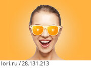 Купить «happy teenage girl in sunglasses with oranges», фото № 28131213, снято 15 сентября 2019 г. (c) Syda Productions / Фотобанк Лори