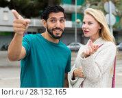 Купить «Female is showing to latino tourist the way to hotel», фото № 28132165, снято 10 августа 2017 г. (c) Яков Филимонов / Фотобанк Лори