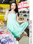 Купить «Woman posing to photographer with lollypop», фото № 28139165, снято 25 апреля 2017 г. (c) Яков Филимонов / Фотобанк Лори