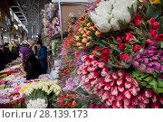 Купить «Женщина продает букеты весенних тюпанов на цветочном рынке в канун празднования Международного женского дня 8 Марта в городе Москве, Россия», фото № 28139173, снято 7 марта 2018 г. (c) Николай Винокуров / Фотобанк Лори
