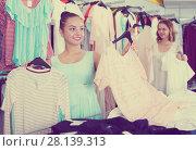 Купить «Customers looking for new garments», фото № 28139313, снято 19 июня 2017 г. (c) Яков Филимонов / Фотобанк Лори