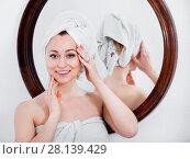 Купить «Woman came from the shower and standing next to the mirror», фото № 28139429, снято 17 июля 2018 г. (c) Яков Филимонов / Фотобанк Лори