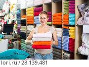 Купить «woman customer picking bath towels», фото № 28139481, снято 22 марта 2019 г. (c) Яков Филимонов / Фотобанк Лори